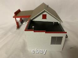 MTH RAILKING ESSO COUNTRY GAS SERVICE STATION GARAGE BUILDING With PUMPS 30-90301