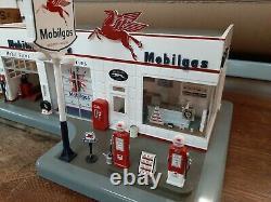 Vintage Danbury Service Station Mint Mobil Gas & Diorama Horloge Un Coup D'oeil