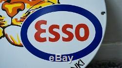 Vintage Esso 1957 Fait Porcelain Signe Gaz Pétrole Metal Service Station De Pompage Chute